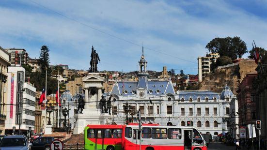 索托馬約爾大廣場是瓦爾帕萊索最大的中心廣場。市政廳,英雄紀念