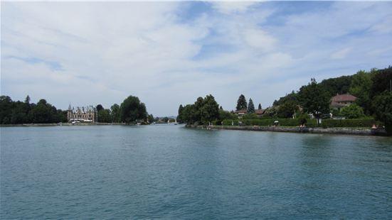 沙道城堡位于图恩湖南岸,从图恩湖坐游船过来的时候,远远的就能