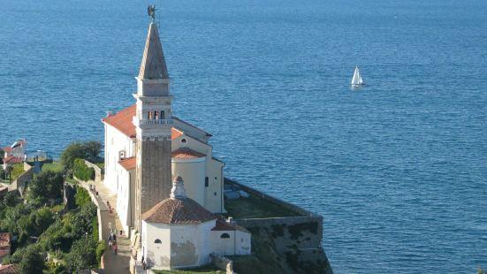 圣乔治教堂座落在海边的小山上,始建于12世纪,14世纪建成。