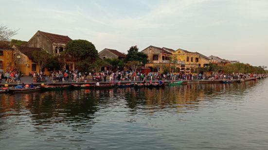 如果秋盆河没有淤塞,就没有今天岘港的繁华。成也萧何败也萧何。