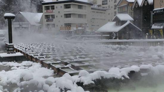 汤畑位在草津温泉的中心地带,是一处被圈围起来的温泉源头,面积
