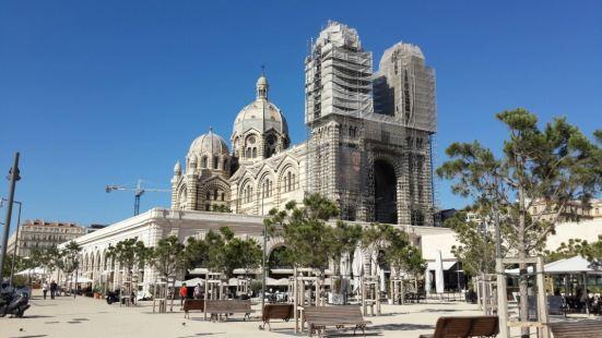 作为马赛的主教座堂,该教堂规模宏大,拜占廷风格是其重要特色。