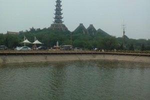 天鹅湖原名广南水库,位于东营市东营区东部广利河南岸滨海地带,