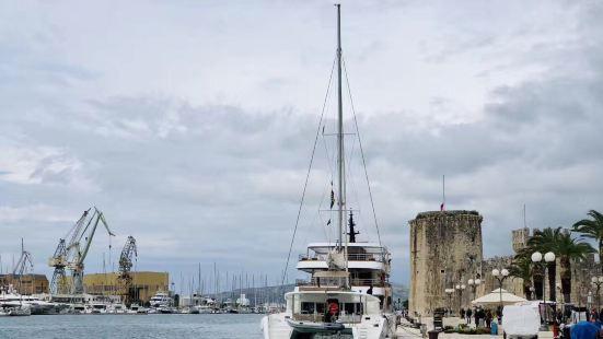 历史古城特洛吉尔,靠近斯普利特,是个商业城市和港口。在这个城