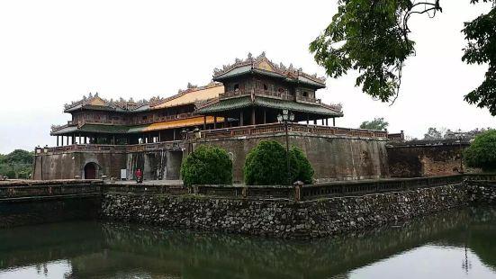 顺化皇城建于1802年,是统一后的越南的首都。香河蜿蜒流经都