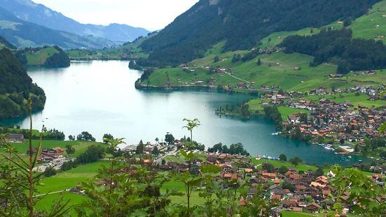 去少女峰必经地,因为正好是阴天没有太阳,湖水也就没有非常的绿