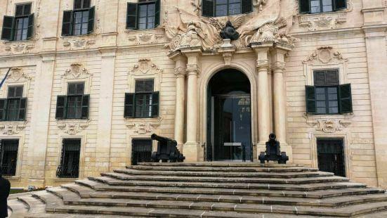 卡斯蒂利亚奥伯格酒店位于卡斯蒂利亚广场,靠近圣詹姆斯骑士雕像