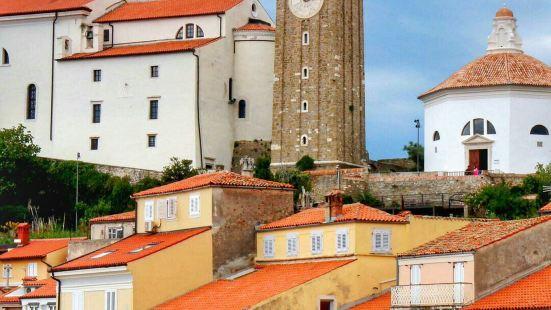 皮兰圣乔治教堂位于老城西面的高地上,是一座有着四百多年的历史