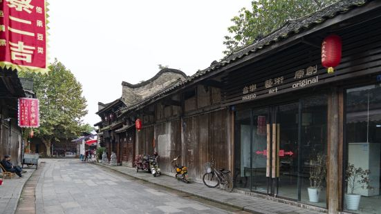大邑县的新场古镇,是川西平原众多古镇之一,古镇大多差不多,但