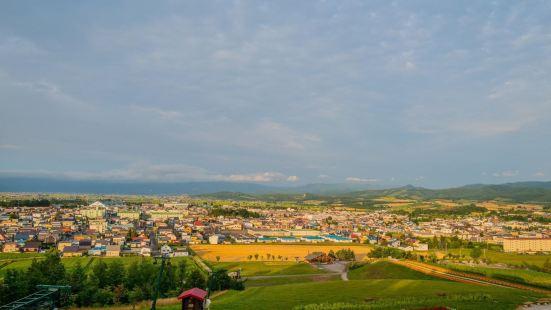日之出公园是一片丘陵地带,在山顶可以遥望上富良野町的城市建筑