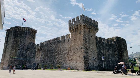 是从斯普利特到杜城路过的一个小镇,只去了非常著名的要塞,虽然