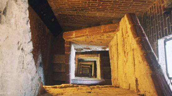 塔顶的围墙高低错落,高的部分会有影子,因此总有一片区域是清凉