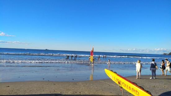 拜伦湾这里的海滩 冬天还是有很多人下海 旁边是这附近的小镇。