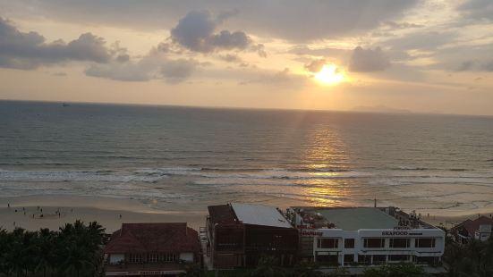 날씨좋고 파도좋고 한국의 바다와 비슷한느낌. 주변 야자