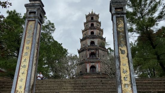 天姥寺位顺化近郊,香江江畔,免费,从公路边拾级而上便能看到天