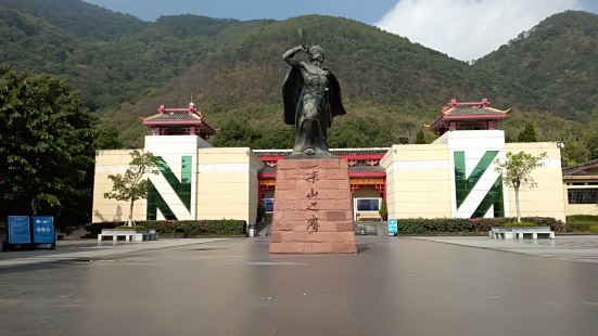 凉山彝族奴隶社会博物馆位于西昌泸山的山腰处,博物馆对凉山彝族