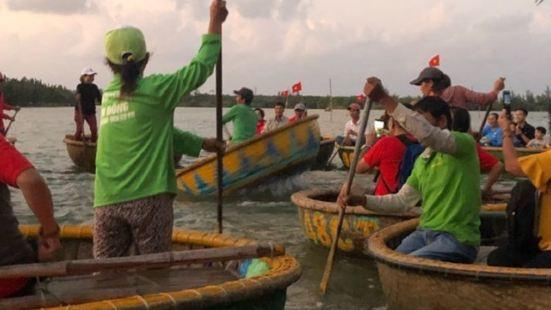 美山圣地結束后包车师傅主动加上会安椰子岛簸箕船行程登上园园的