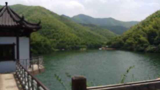 静湖,特别喜欢这个名字,在这个炎热的高温的夏天,静湖可以让你