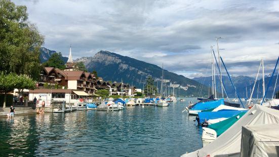 真的是超美的,清澈的湖水绿绿的,湖边停靠的一些游艇,可以说是