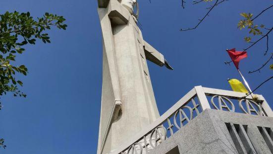 位于越南头顿的耶稣像,与巴西里约热内卢的基督像很相似,都是建