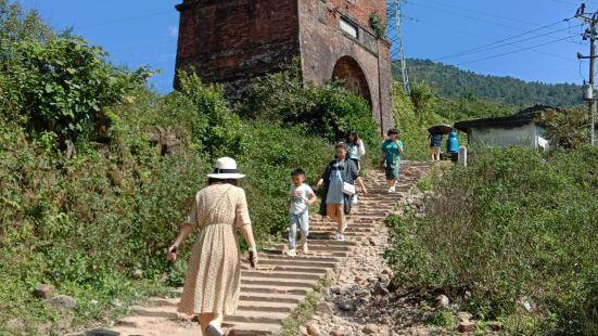 海云关即是历史名胜更是战争遗迹。是越南南北战争时期的重要据点