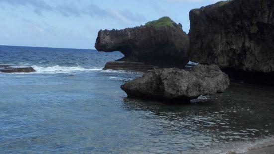 鳄鱼头海滩就在塞班岛的北部,来的路不太好走,想来这里最好是报