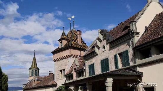 奥伯霍芬城堡座落于图恩湖畔。瑞士国家标志遗产。最早为十三世纪