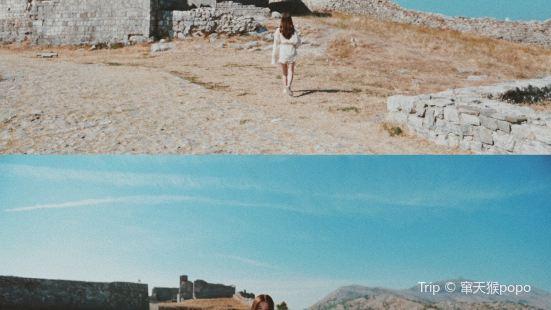 在阿爾巴尼亞荒無人煙的城堡廢墟,隨手按下快門都是蒼涼的末日感