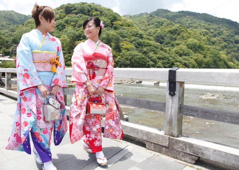 穿着日式風情的和服漫步在古色古香的街道上!兩手空空+自由搭配+親子搭配(京都鴨川旁的和服租賃)