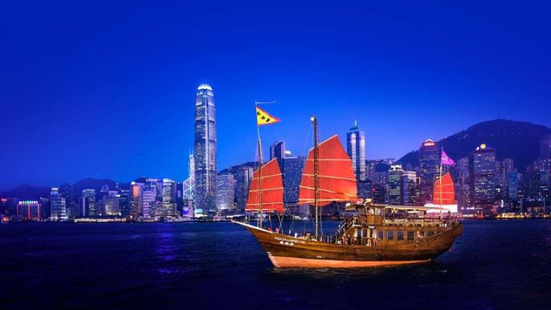 Aqua Luna: Evening Cruise at Victoria Harbour Hong Kong