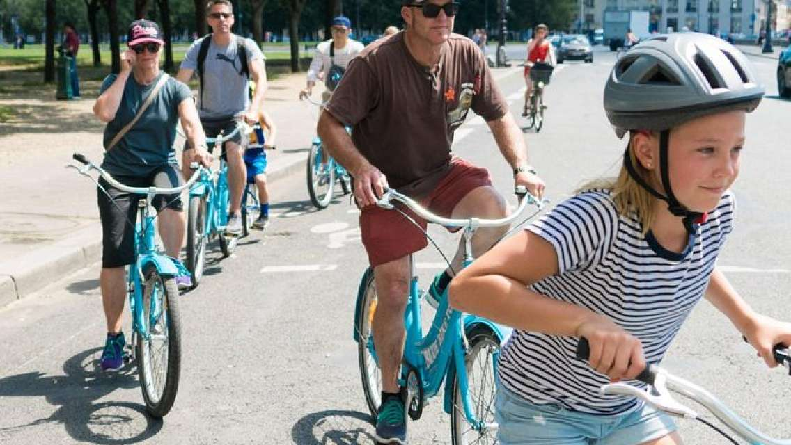 Paris Highlights Bike Tour with Eiffel Tower, Louvre and Notre-Dame