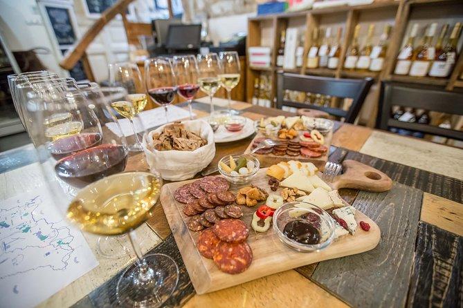 ブダペストでのハンガリーワイン試飲、チーズとシャルキュトリ(主に豚肉を使った肉加工品)もついています