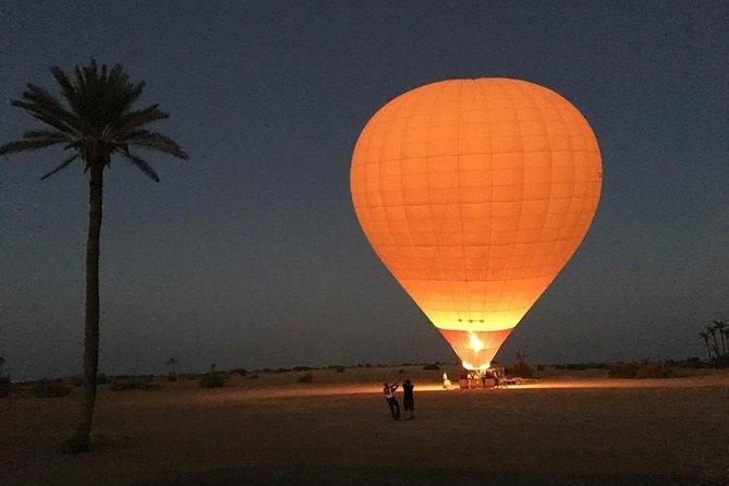 マラケシュから熱気球に乗ってアトラス山脈を臨むツアー。ベルベル料理の朝食と砂漠でのラクダ乗り体験付き