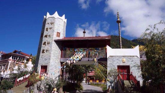 在317国道的路边,紧邻米亚罗镇有个八角碉藏寨。寨子座落于公