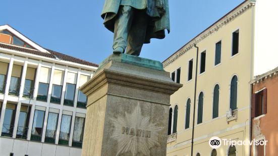 Statue of Daniele Manin