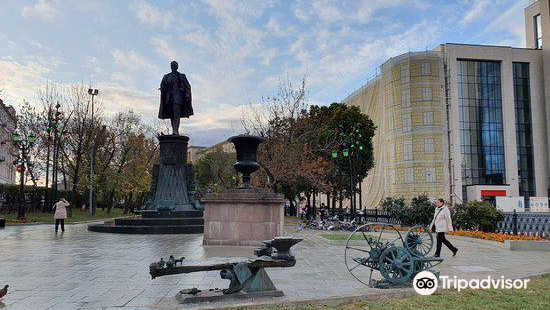 Statue of Shukhov and Benches of Science