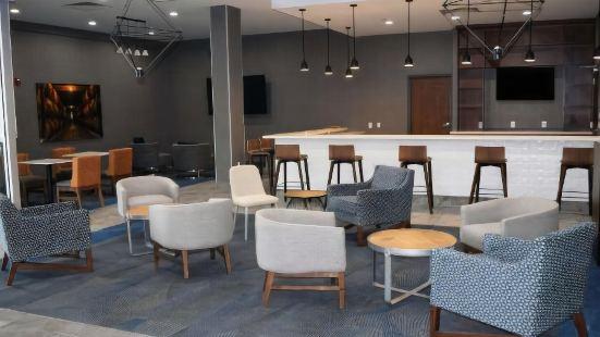 La Quinta Inn & Suites by Wyndham Louisville East