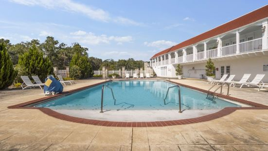 Gulf Hills Hotel & Retreat on The Water