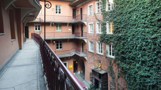 瑞奈克格魯尼公寓