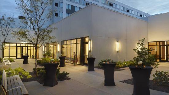 哥倫布大學/學區歡朋套房酒店
