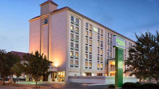 威奇託市區會展中心假日套房酒店