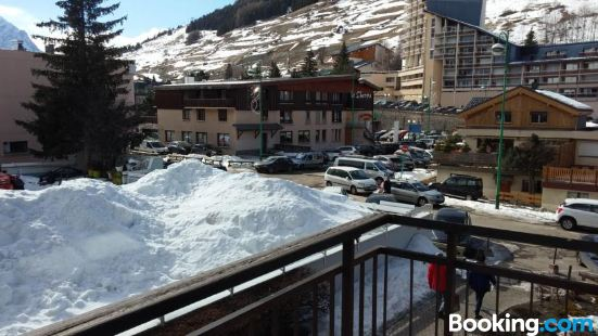 Studio in Les Deux Alpes with Wonderful Mountain View and Balcony 50 m from The Slopes