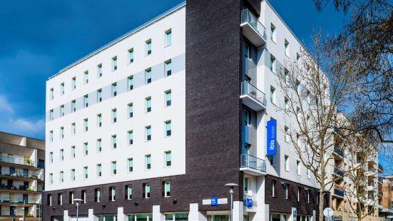 巴黎西部伊西萊穆利諾宜必思快捷酒店
