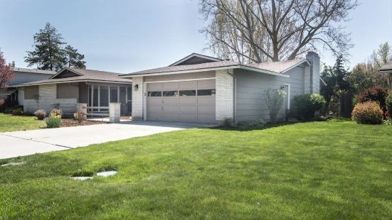 Spacious Ranch Style Home Close to Parks!