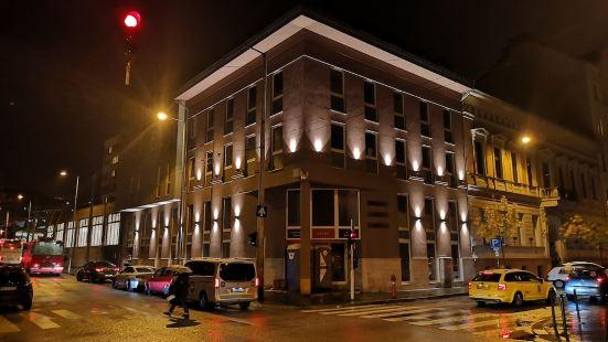 Maverick Hotel & Student Lodge