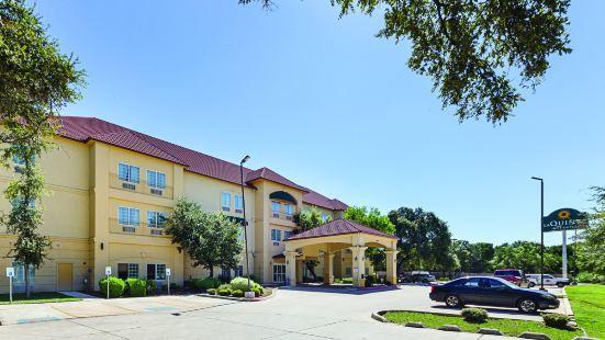 La Quinta Inn & Suites by Wyndham San Antonio the Dominion